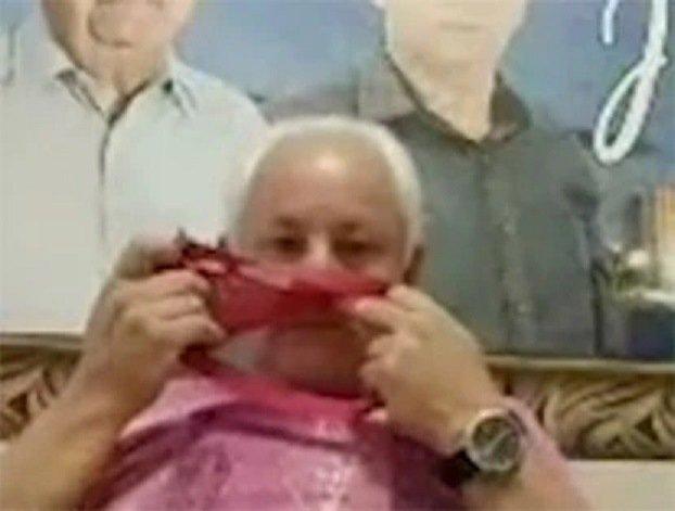 Политик, забыв про камеру, понюхал у всех на виду женские трусики