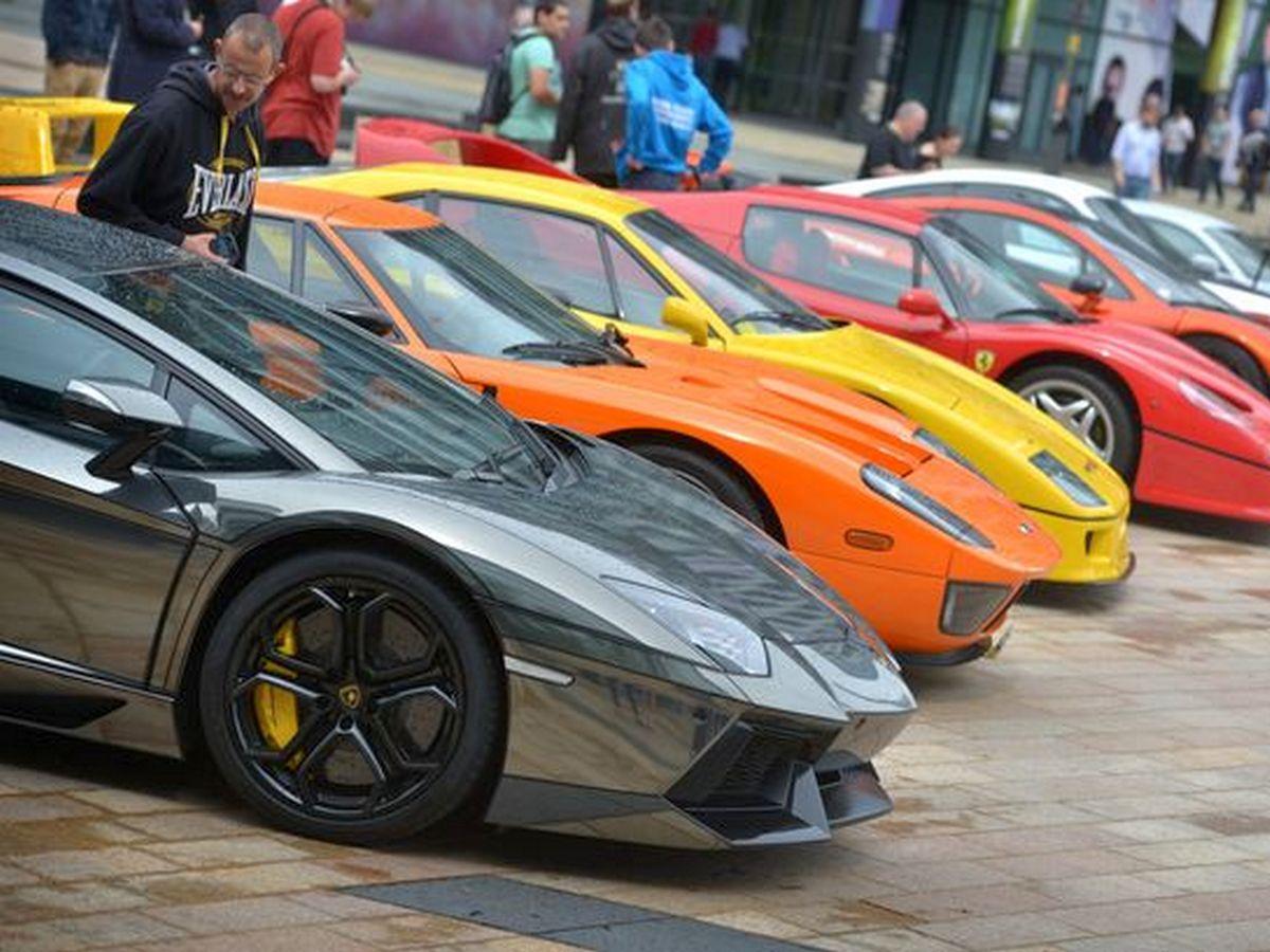 Огромную свалку люксовых суперкаров в Дубае сняли на видео