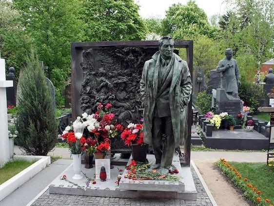 Найден самый дорогой памятник актеру на Новодевичьем кладбище