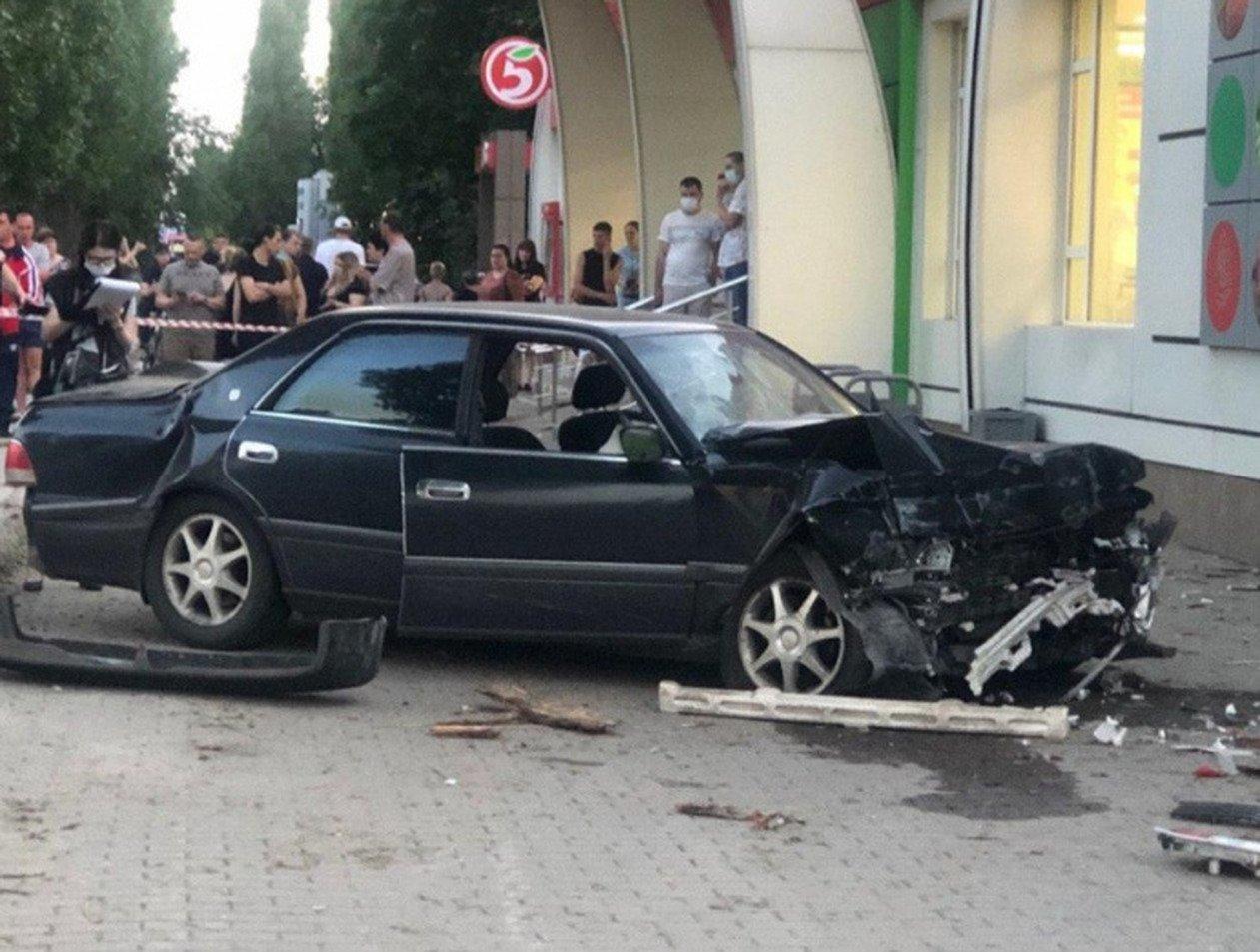 В Воронеже участковый на Toyota протаранил пешеходов: один человек погиб