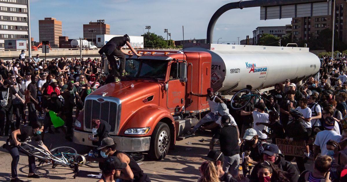 В США грузовик въехал в толпу