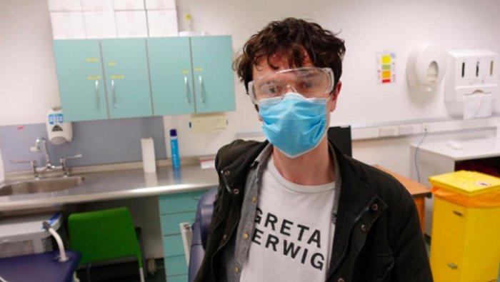 Журналист испытал на себе вакцину от COVID-19