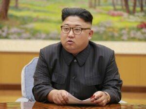 КимЧенЫнпредстал на публике в модном наряде