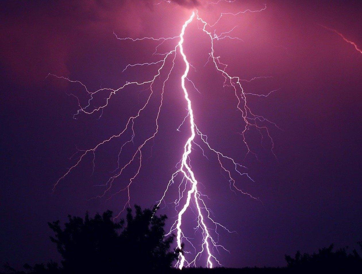«Ударила в зонт»: молния в Петербурге убила ребенка на глазах семьи