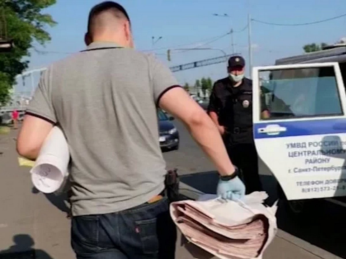 Полиция изымает листовки