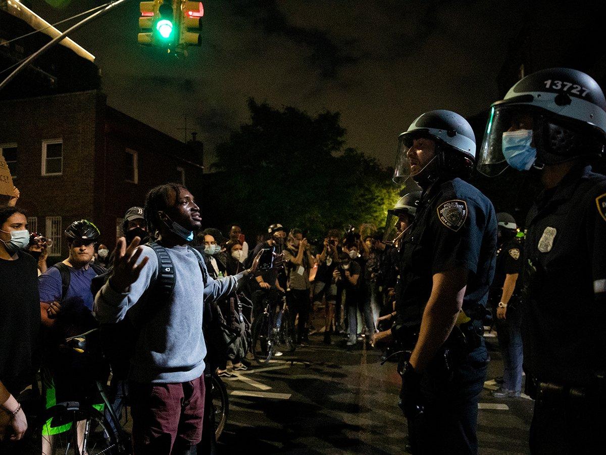 В США к протестующим примкнули полицейские