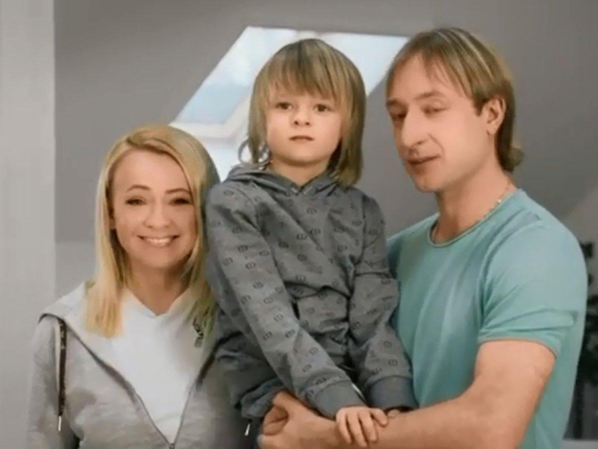 Плющенко и Рудковская с сыном поучаствовали в рекламе поправок к Конституции
