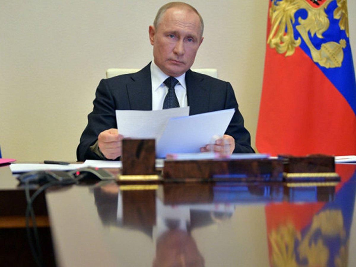 Путин занялся разбором бумаг во время совещания