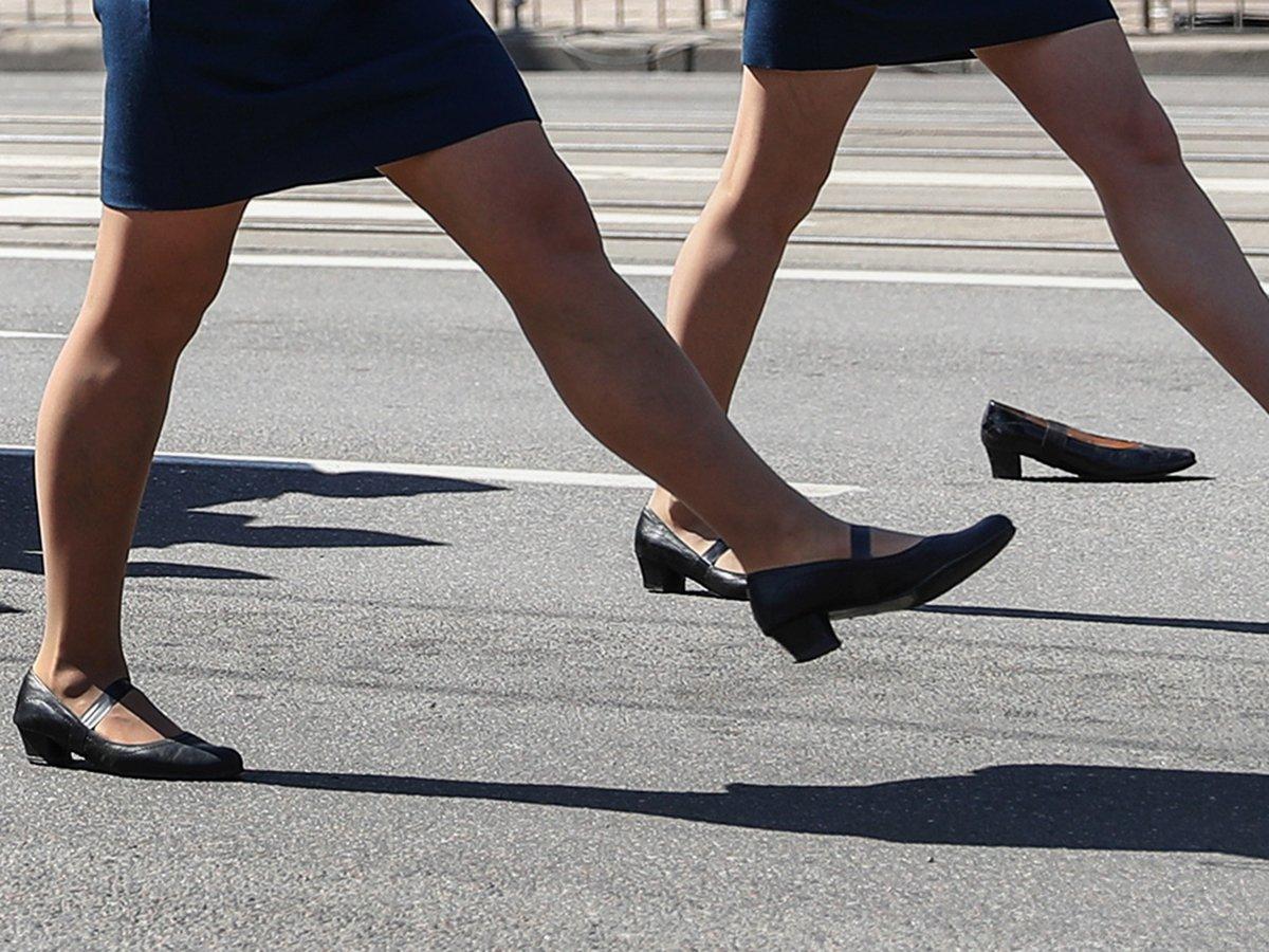 Девушка потеряла туфлю на параде в Калининграде