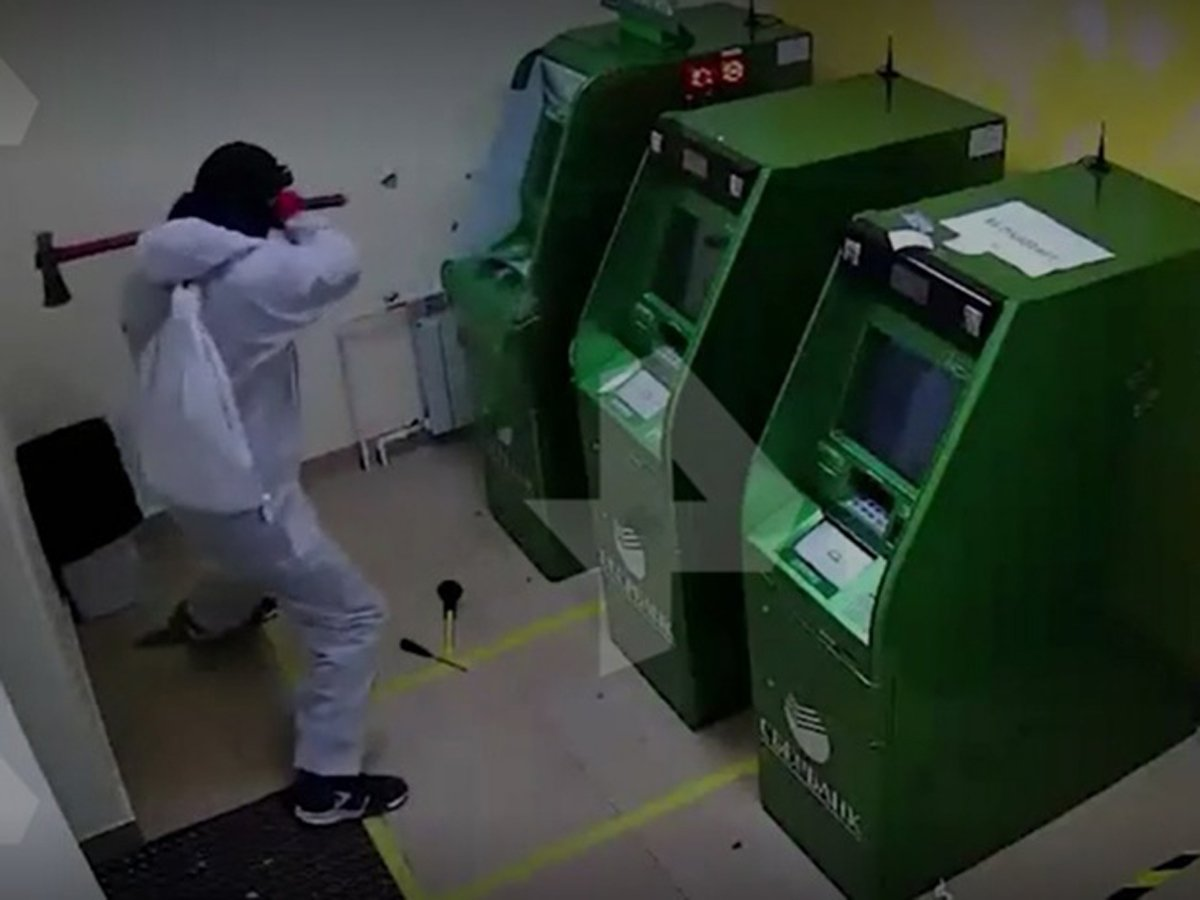 В масках и с кувалдой: опубликовано видео нападения набанкомат