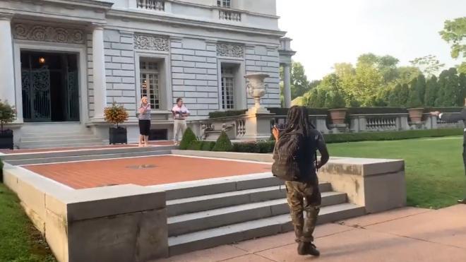 Полиция сложила руки: американцы с оружием отбиваются от мятежников
