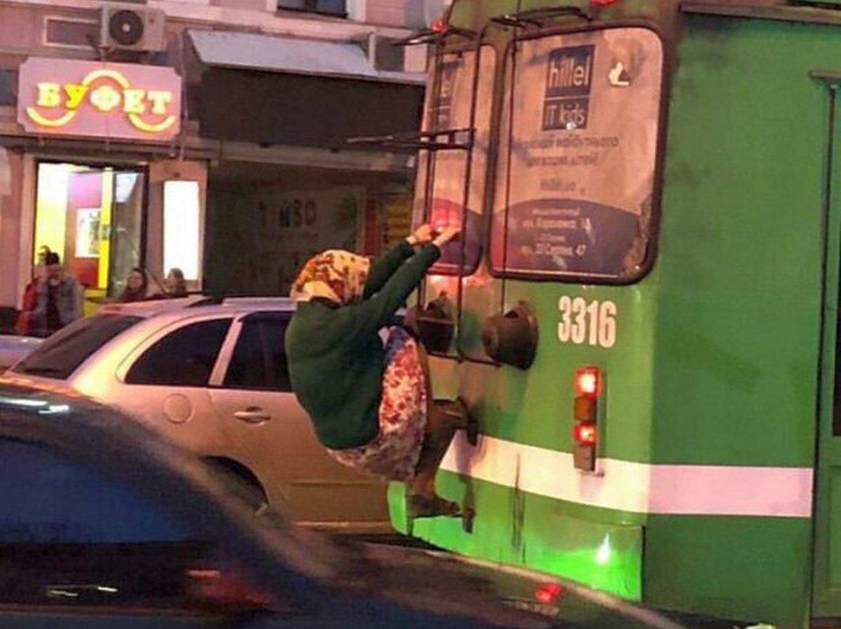 Пенсионерка прокатилась на троллейбусе зацепером