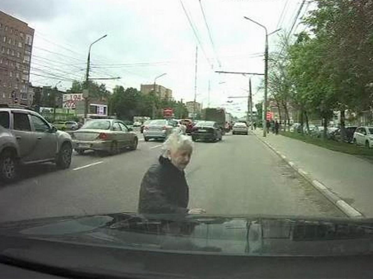 Наезд на пенсионерку-камикадзе попал на запись регистратора