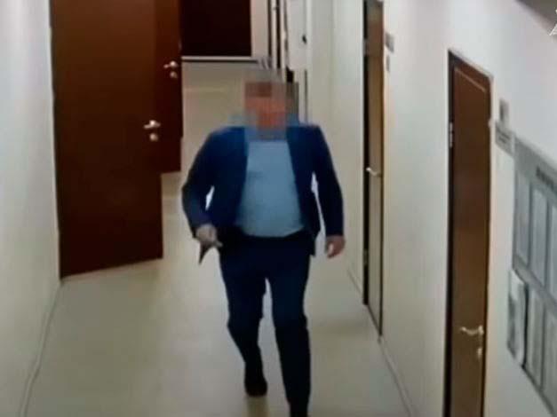 В Иркутске попавшийся на взятке чиновник пытался убежать при появлении силовиков