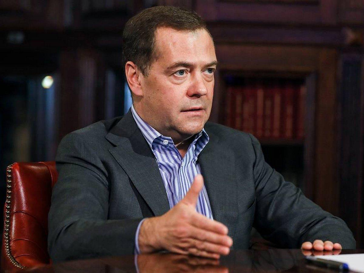 Медведев рассказала о ртройном ударе кризиса по экономике России