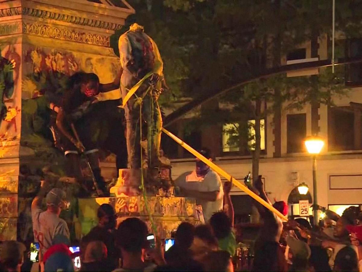 Участники акции протеста уронили статую на одного из митингующих