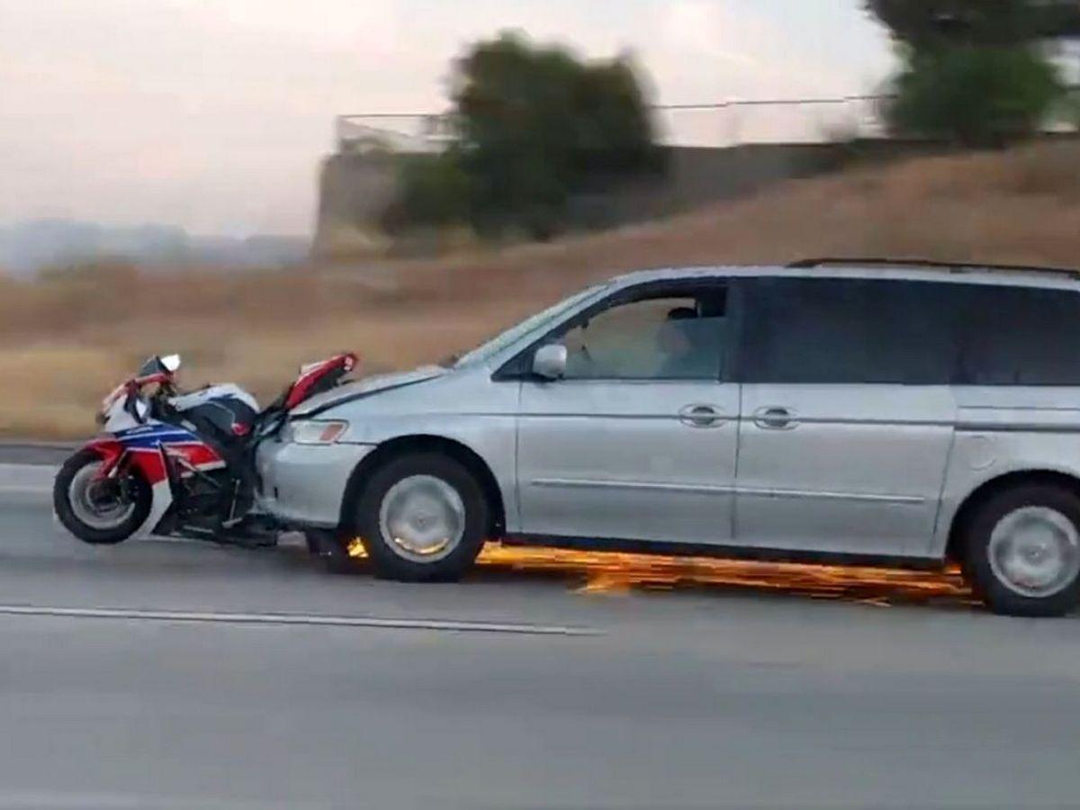 Автомобиль несколько минут тащил на бампере мотоцикл