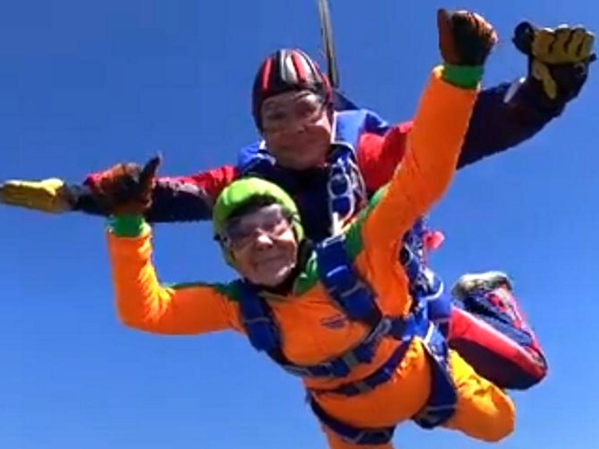 Россиянка отпраздновала 80-летие, прыгнув с парашютом