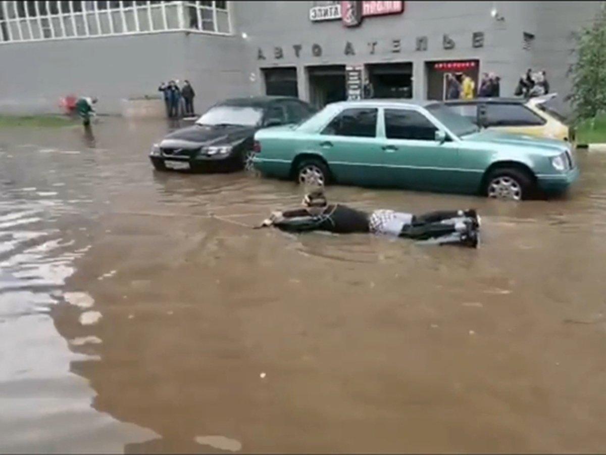 Житель Подмосковья устроил заплыв по затопленной улице