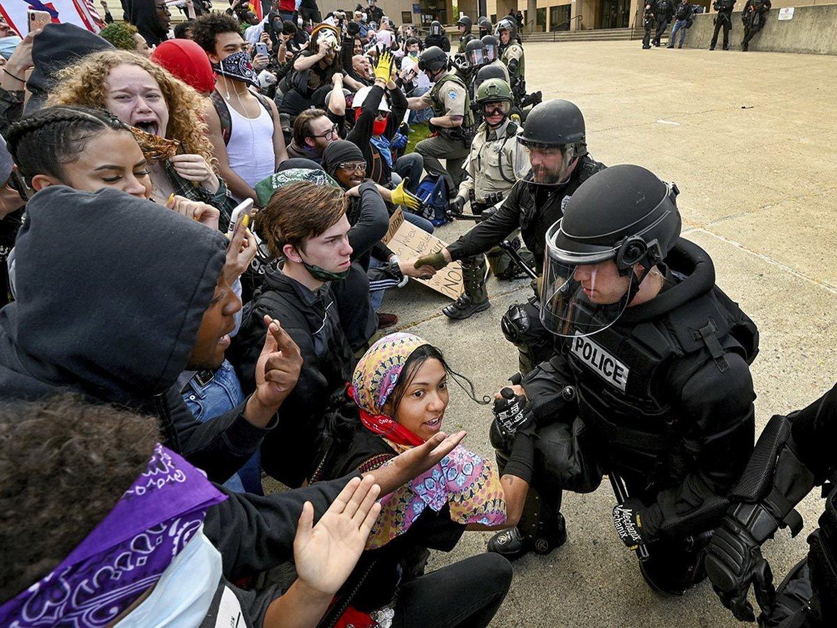 Нацгвардия встала на колени перед протестующими