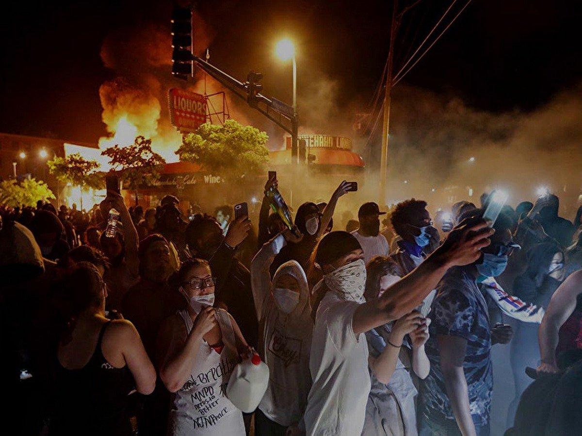 Толпа протестующих разграбила поезд на ходу