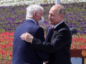 Путин наградил россиян в День России