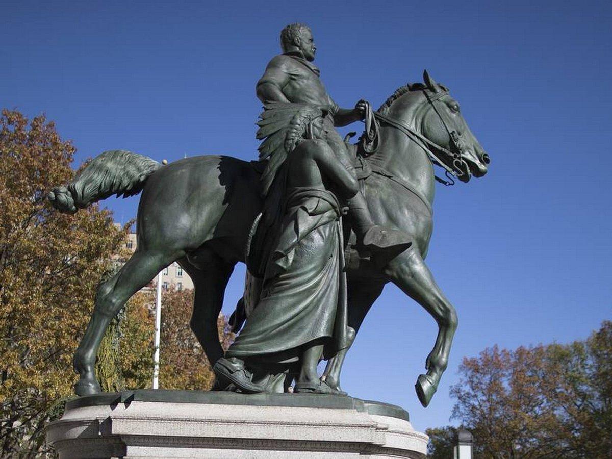 В США сносят памятник Рузвельту