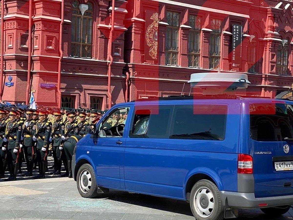 Солдат разбил стекла машины ФСО