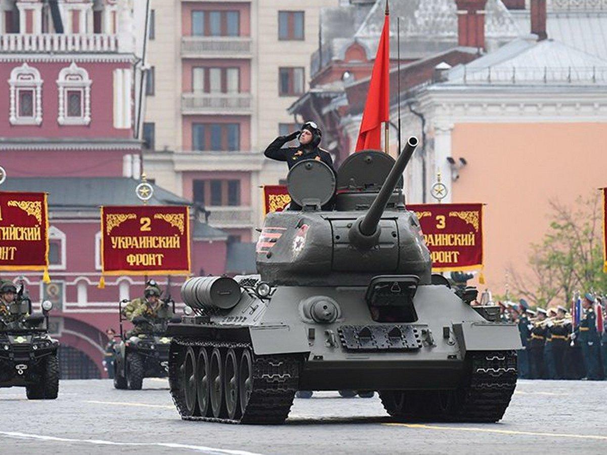 Т-34 едва не въехал в толпу на параде Победы