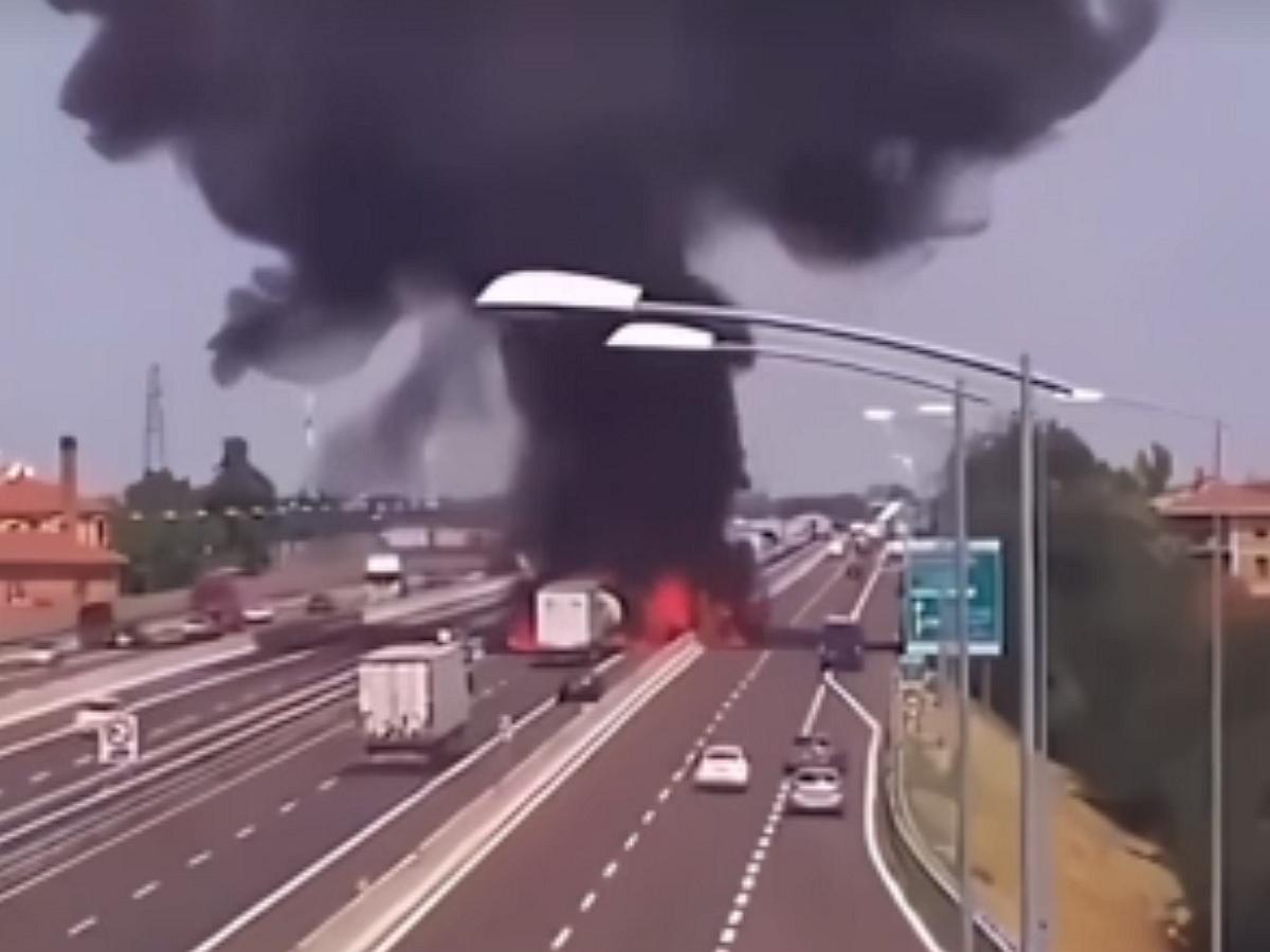 Момент взрыва автоцистерны в Китае попал на видео