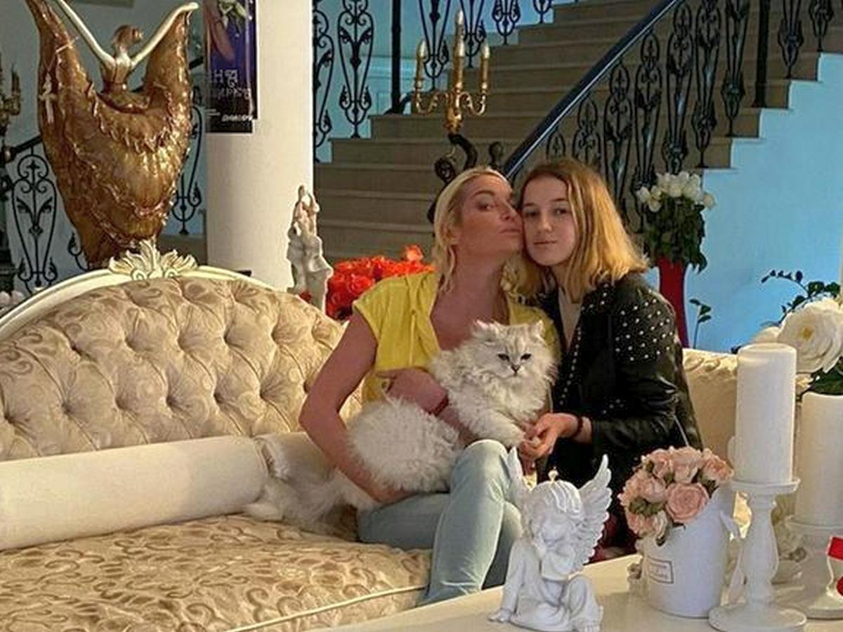 Анастасия Волочкова станцевала под дождем вместе с дочерью