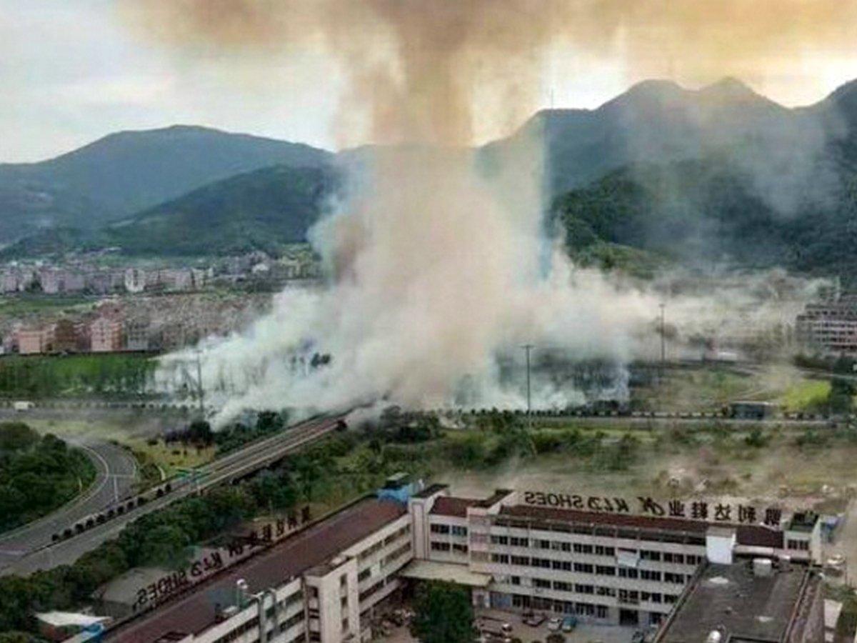 Взрыв бензовоза на трассе в Китае сняли на видео