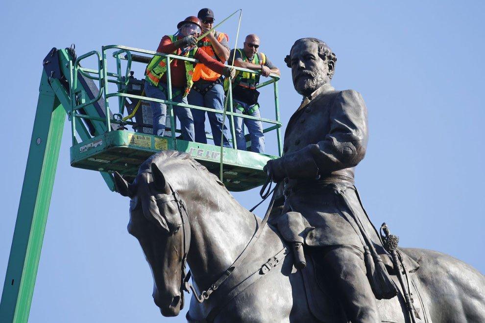 Как сносят памятники в США