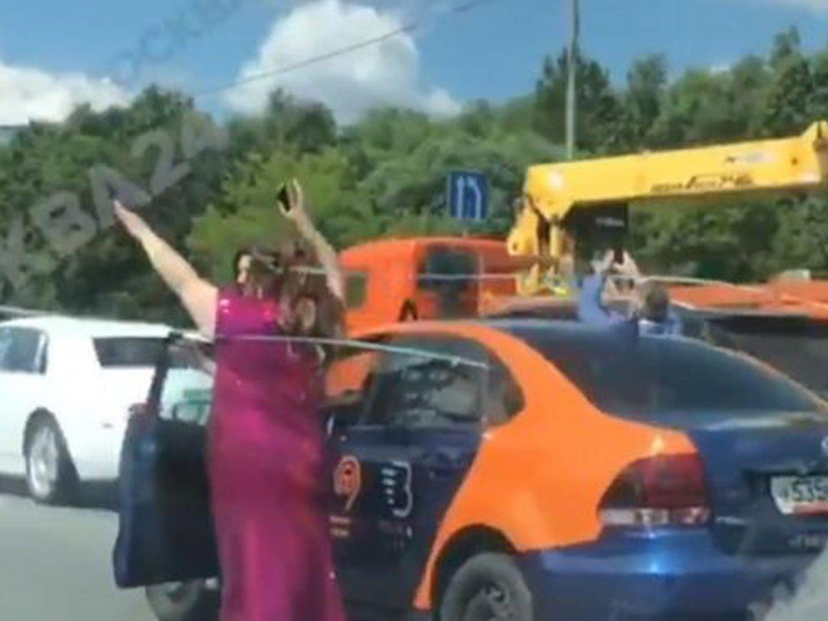 Дискотека посередине дороги: танец на МКАД обошелся свадебному кортежу в 200 тысяч