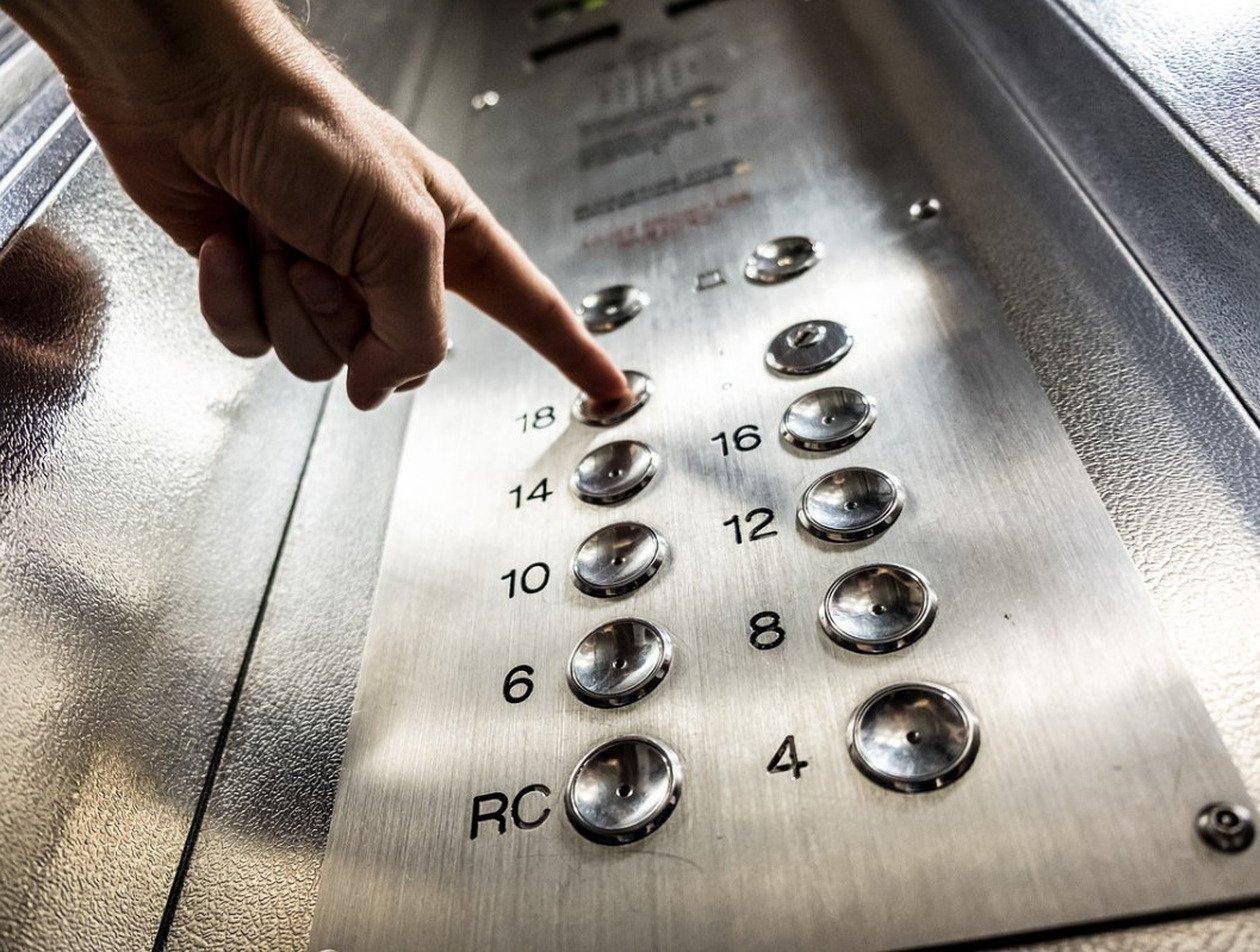 Китаянка проехала в лифте и заразила коронавирусом 70 человек