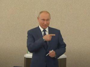 Путин без масок и перчаток проголосовал