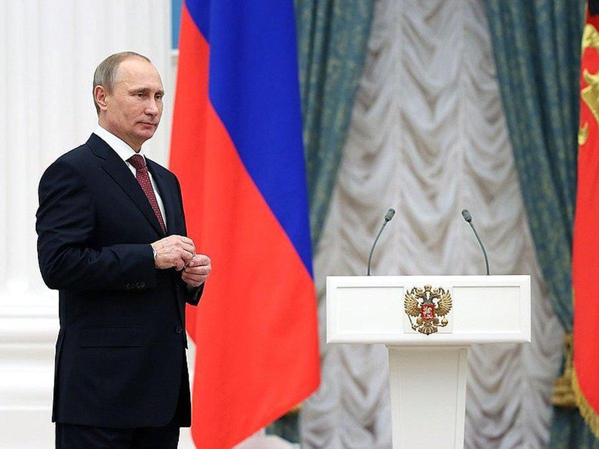 Путин вручает награды
