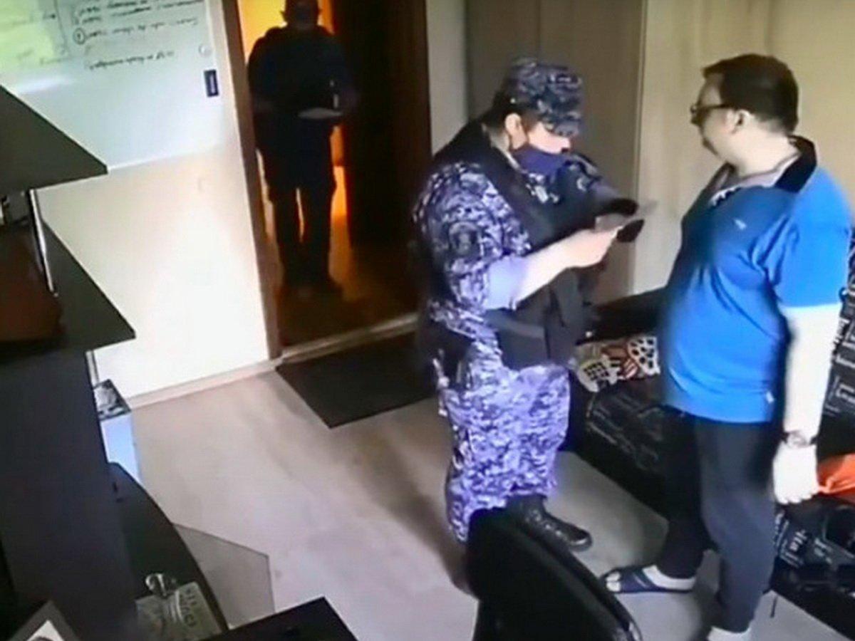 Сотрудник Росгвардии угрожал москвичу подбросить наркотики