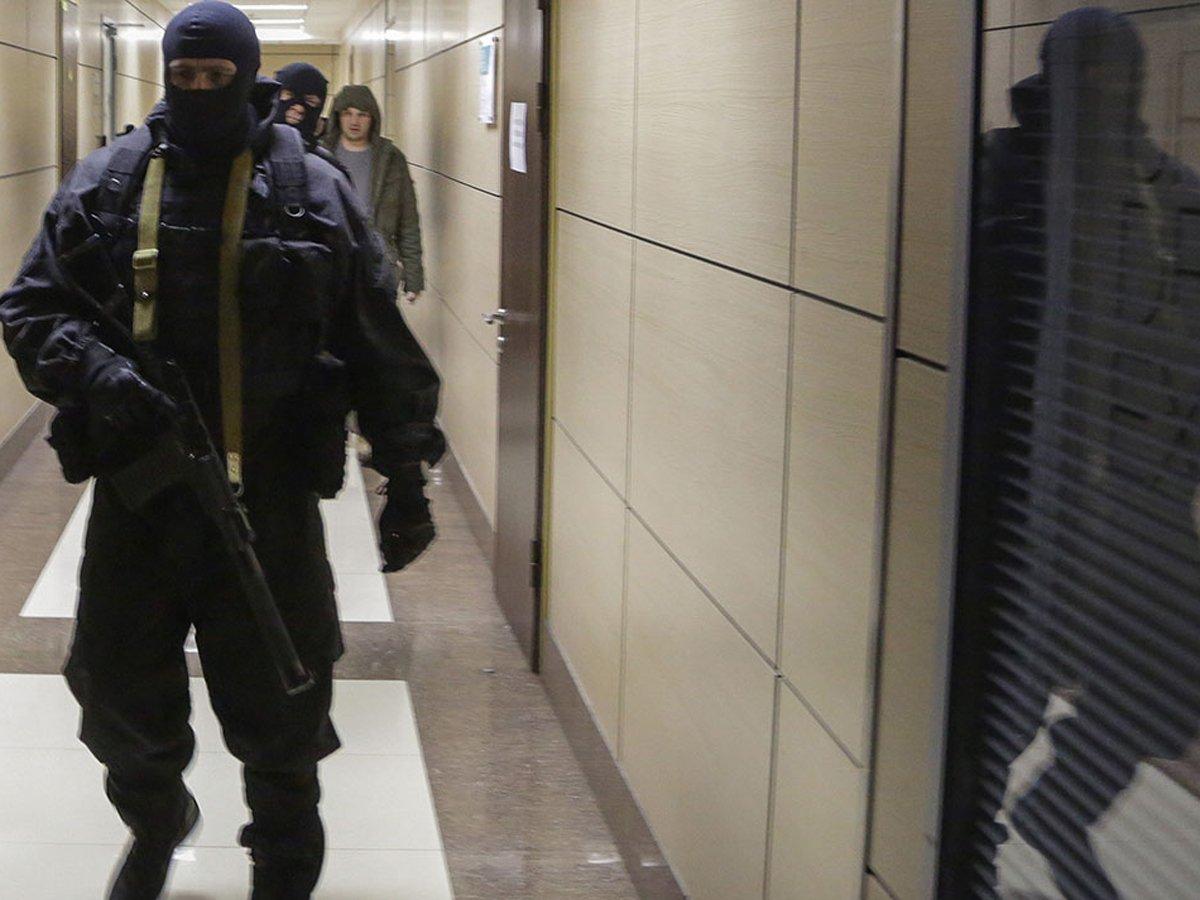 В московском офисе Фонда борьбы с коррупцией проводят обыски, Навального не выпускают за рубеж