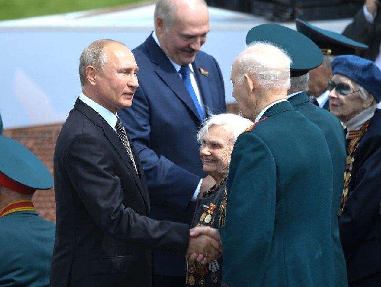 Стало известно, что написал Путин в записке для ветерана под Ржевом