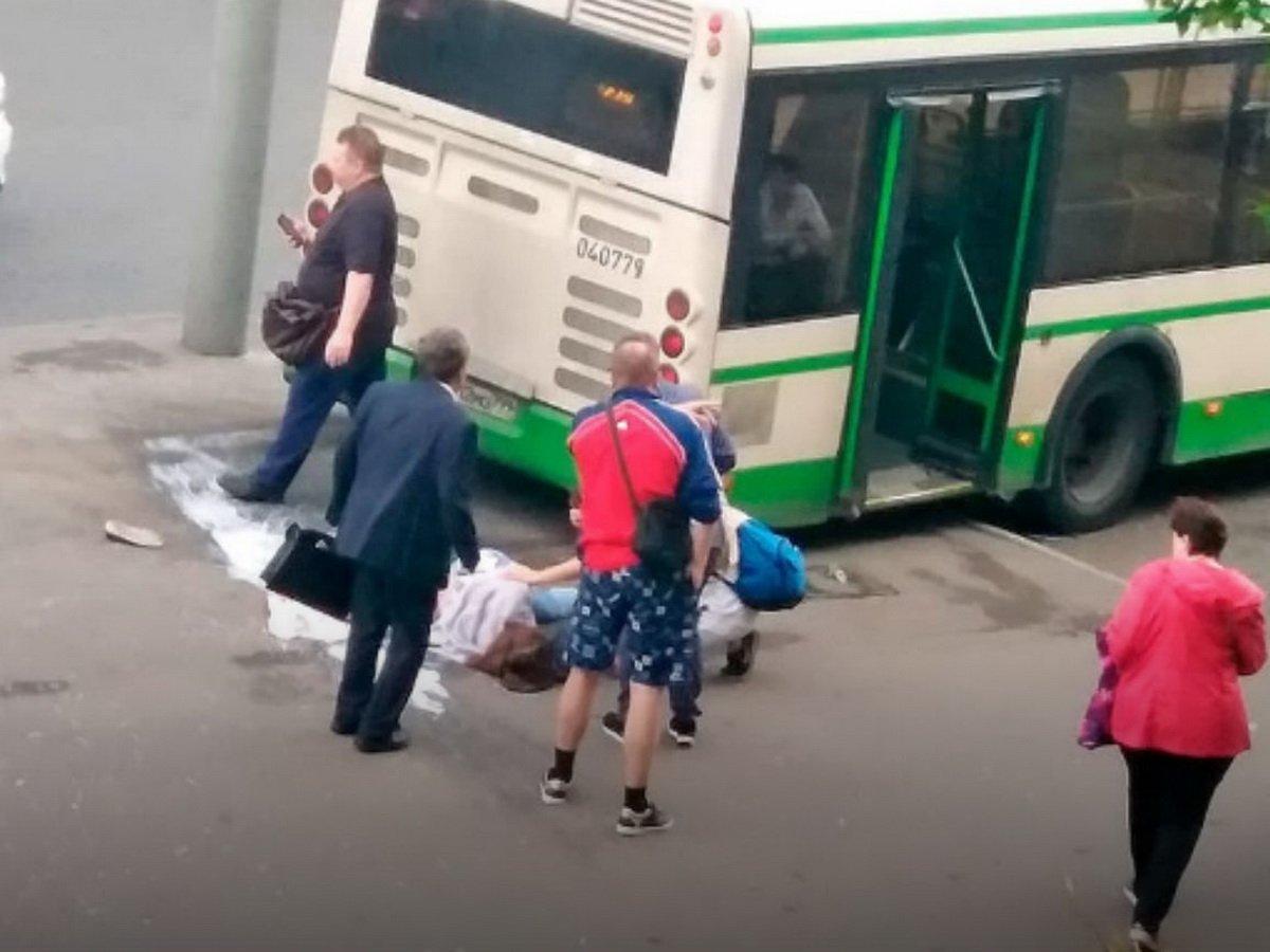 Автобус сбил женщину на остановке