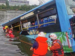 Автобус со студентами упал с моста