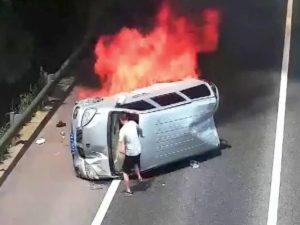 Очевидец спас людей из пылающего микроавтобуса