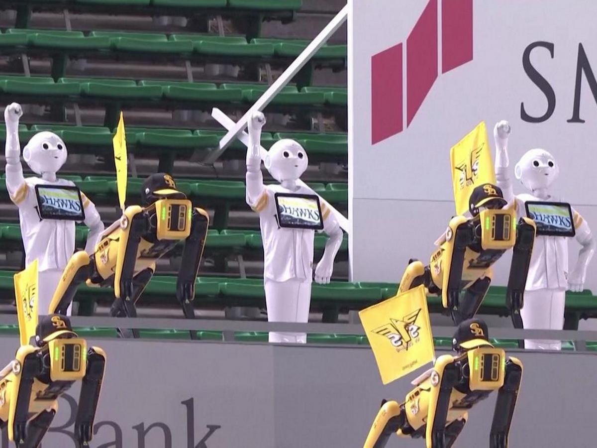 Танцующие роботы заменили болельщиков на бейсбольном матче
