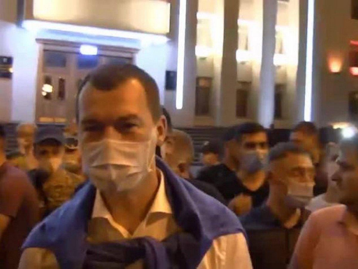 Дегтярев пообщался с протестующими