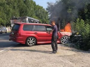 Горящий автомобиль в Новосибирске затушили фекалиями