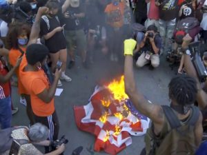 Протестующие сожгли флаг США