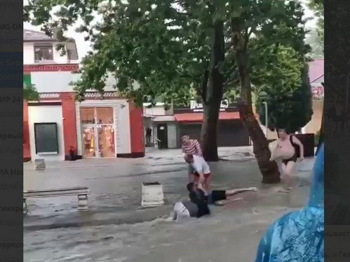 Потоки воды смывают прохожих на улицах Геленджика