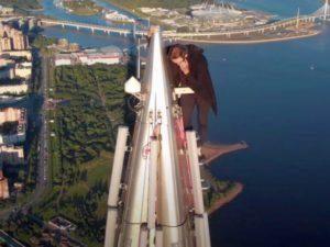 Руфер без страховки залез на вершину «Лахта Центра» в Санкт-Петербурге