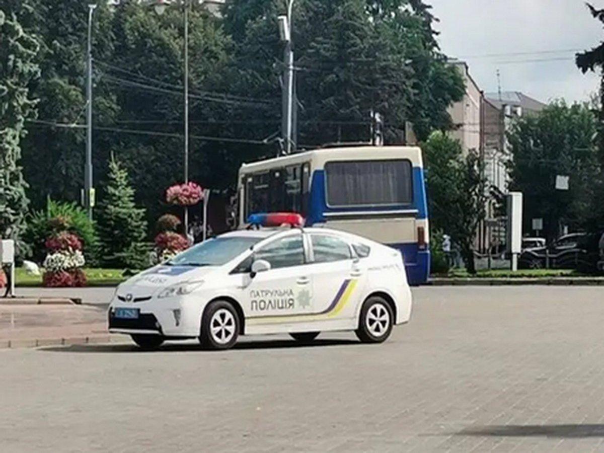В украинском Луцке злоумышленник захватил заложников